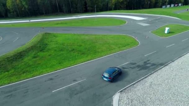 modré auto se děje na zkušební jízdu