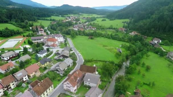 malé vesnice a hlavní ulice, která vede přes to