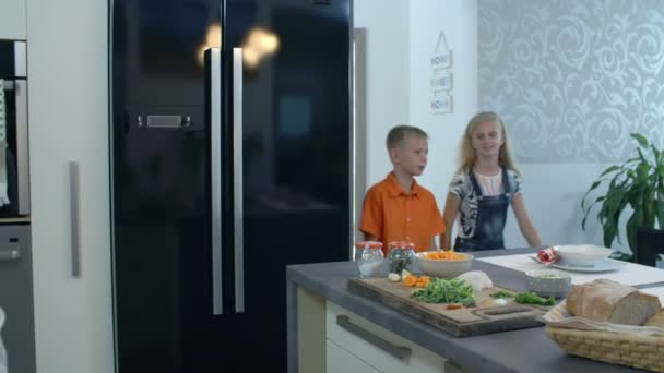 Děti přicházející do jídelny