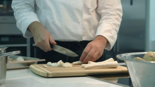 Cook přípravy jídla v kuchyni