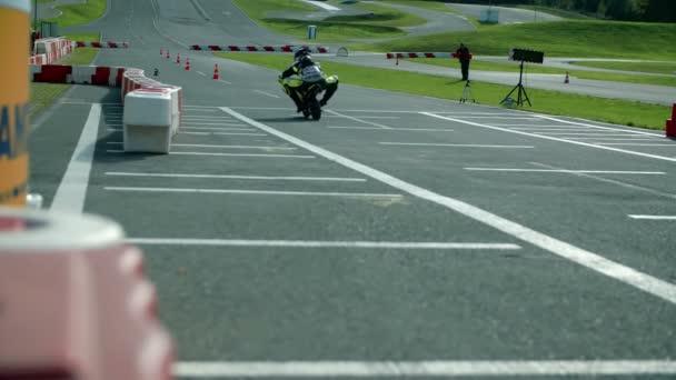 Motocyklista jede na trati na sportovní soutěž
