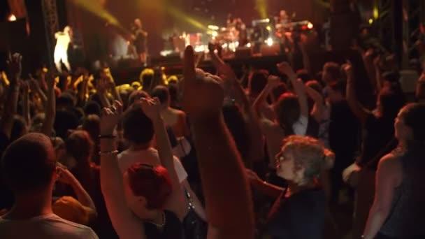 Menschen bei einem Rockkonzert