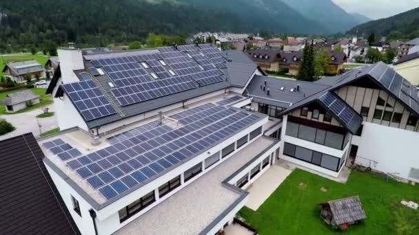 Zobrazit na školu s solární panely na střeše