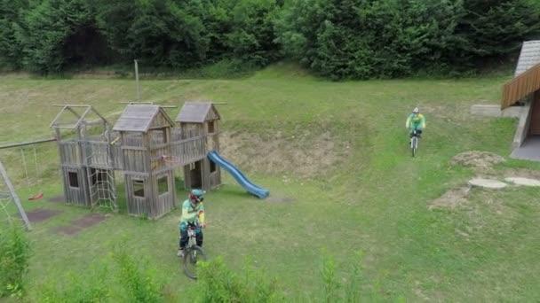 jezdci na sjezdovkách stojící poblíž hřiště