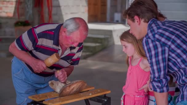 ein Vater und seine Tochter suchen einen Holzmeister bei der Arbeit