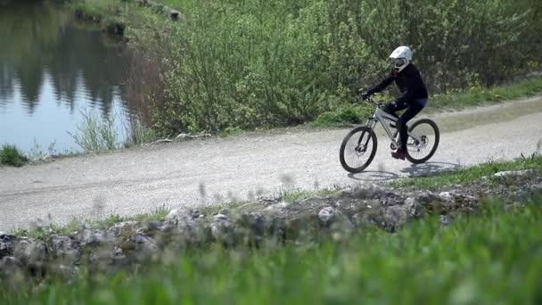 Sjezdové jezdec na koni kolo