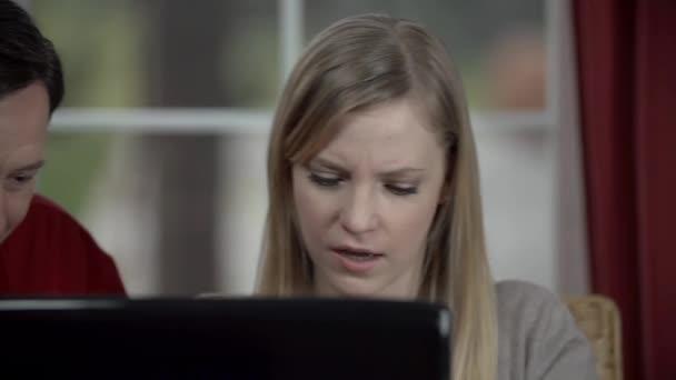 Padre sta contribuendo a utilizzare il computer portatile