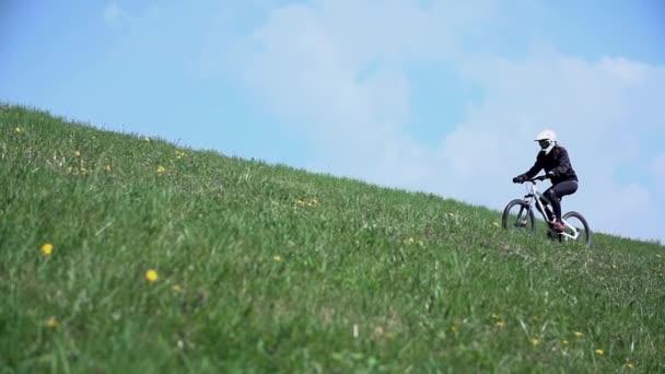žena na koni na kole