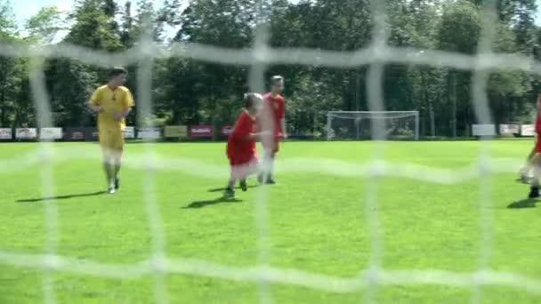 Fußball Spiel mit Teenagern