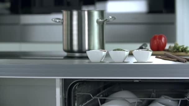 Čisté misky je připraven opustit myčka nádobí