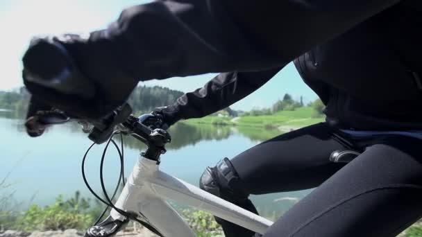 žena na horském kole