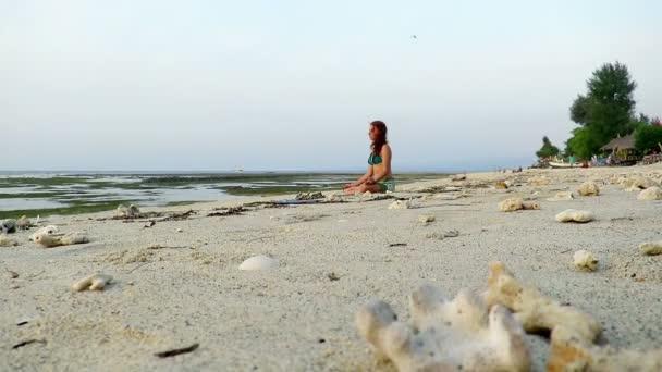 frau am strand meditieren