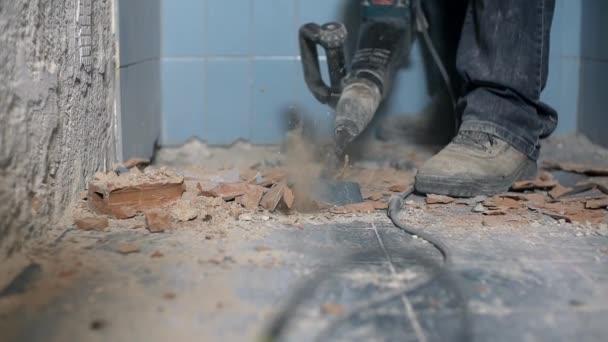 Boren In Tegels : Loodgieter boren de keramische tegels op de badkamervloer