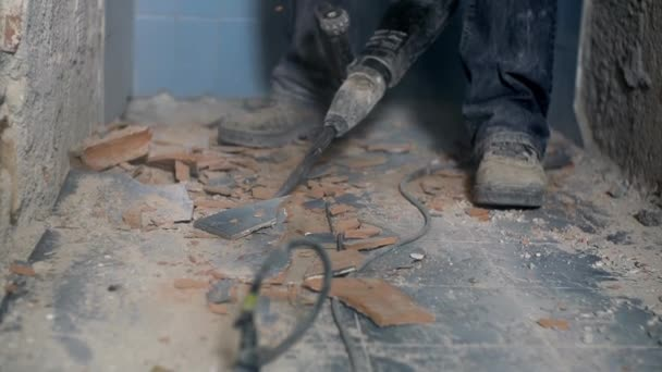 Tegels Badkamer Verwijderen : Werknemer probeert te verwijderen van badkamer tegels met