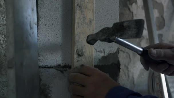 Člověk je vyrovnání betonové zdi