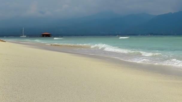 Tyrkysové vody a vlny tříštící se o pobřeží