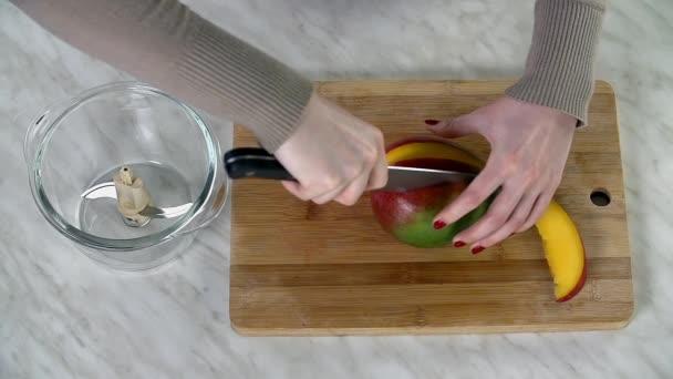 Női kezek előkészítése finom turmix