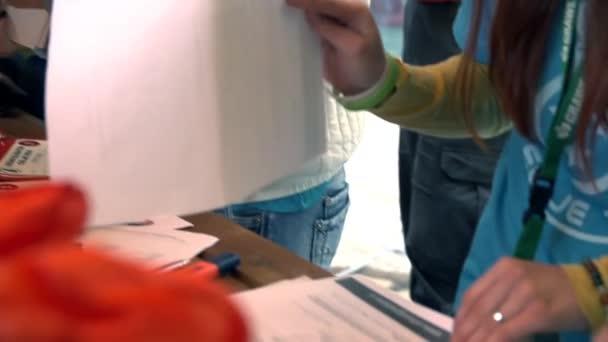 žena kontrola letáky a jiné tiskoviny