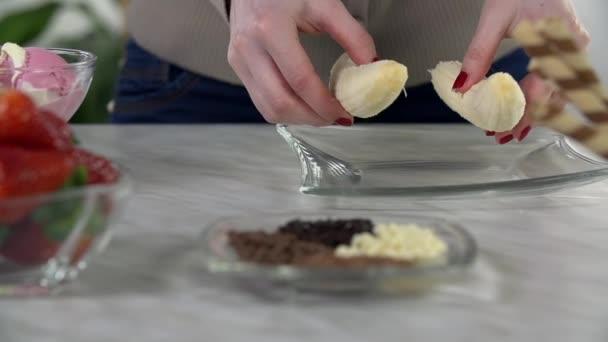 žena dělat dezert