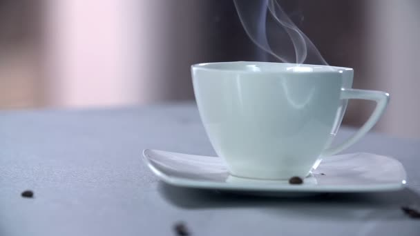 šálek kávy s fazolemi
