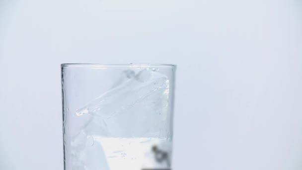 Nápojové sklo, plnění s kostkami ledu
