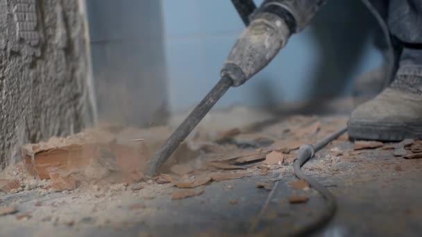 Tegels Badkamer Verwijderen : Verwijderen van oude keramische tegels u2014 stockvideo © probakster
