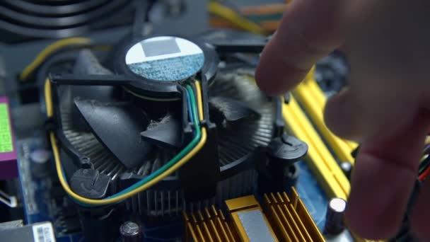 Person versucht Ventilator der Prozessorentlüftung zu drehen