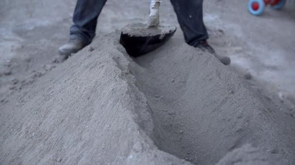 Člověk se chystá betonu pro budování