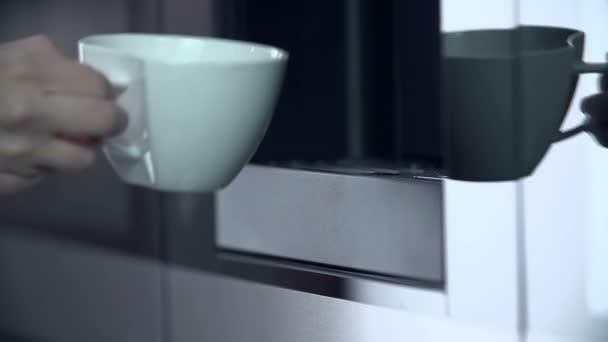 Uvedení pohár pod stroj