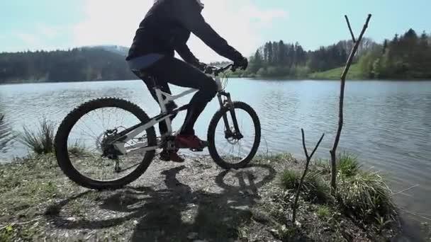 Sjezdové závodník k jezeru