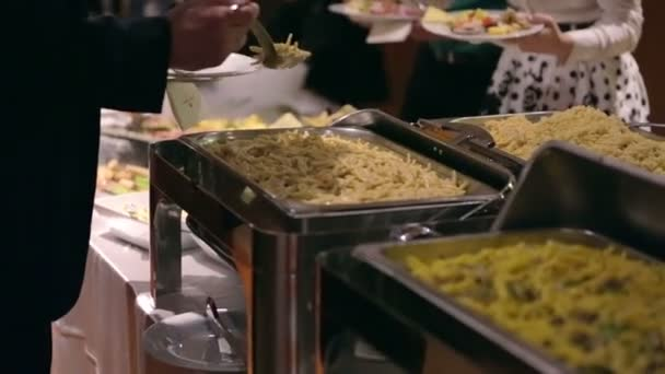 Si jídlo od rautový stůl