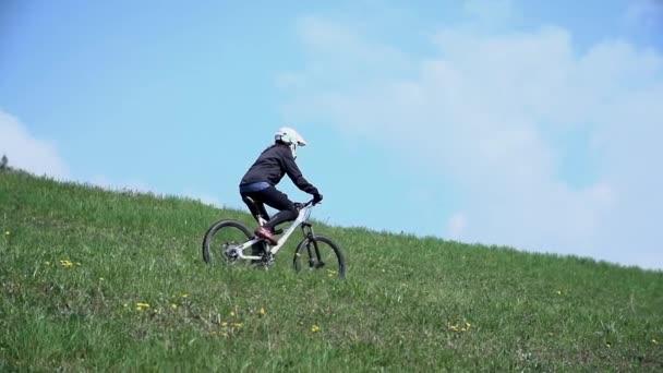 závodník na koni na kole