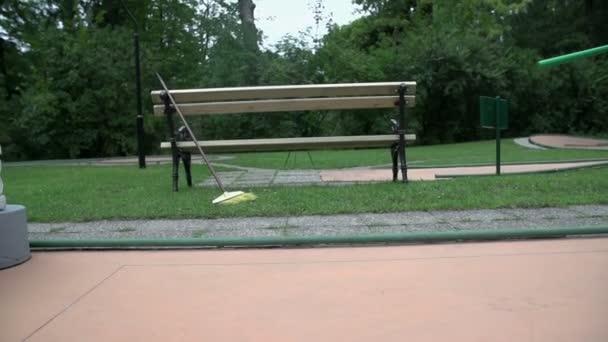 Person über Minigolf Hindernis springen
