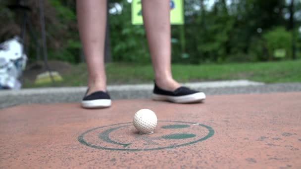 Žena golfista hrát minigolf