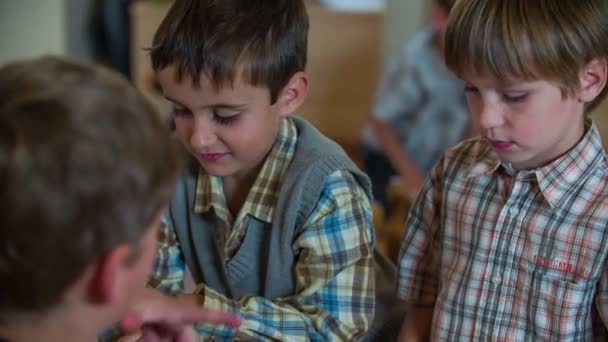 Niedlichen Kinder mit Jahrgang Spielzeug spielen