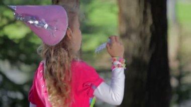 schöne junge Mädchen Blasen Blasen — Stockvideo