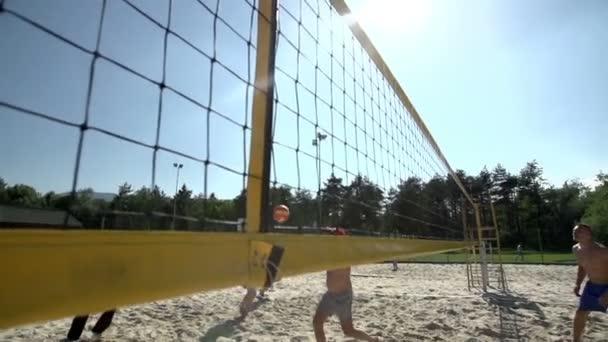 Schöner Angriff beim Beachvolleyball