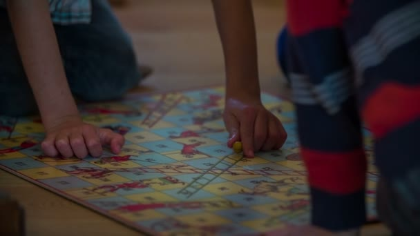 Desková hra na podlaze učebny