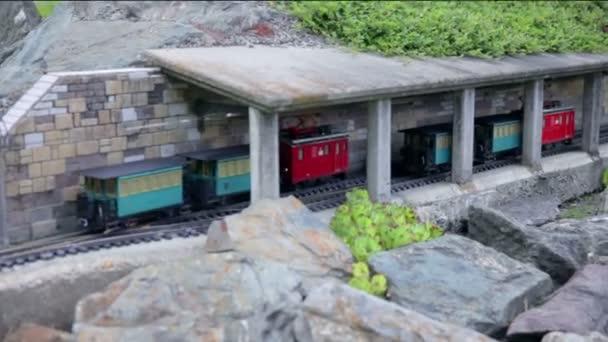 zwei alte Lokomotiven übergeben
