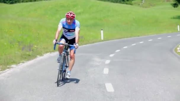 Cyklista se zrychlily na kopci