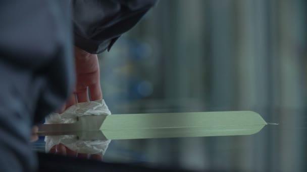 Pracovník je pomalu a přesně čištění kovových částí