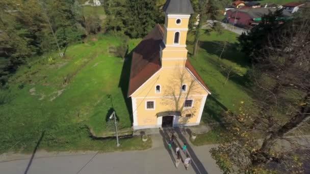 Leute geht in der kleinen katholischen Kirche