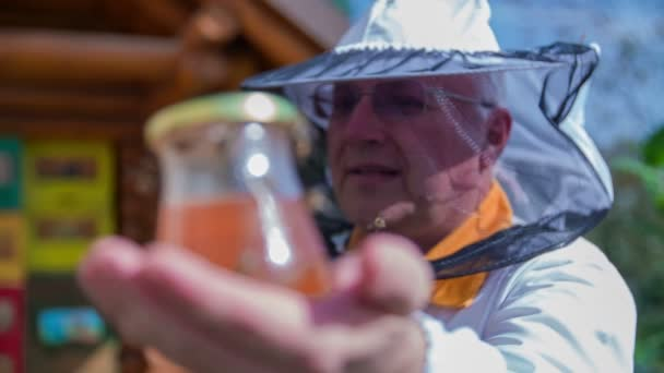 Bee strážce s sklenice plné medu