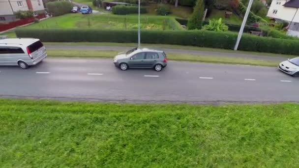 Automobily se jízdě na silnici dálnice v blízkosti domů