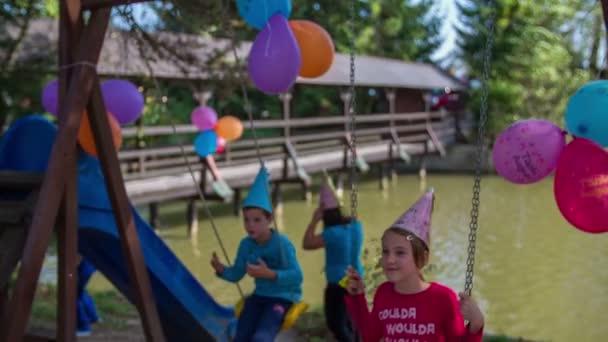 Děti si hrají na dětském hřišti poblíž řeky