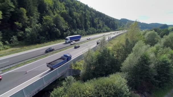 autók és teherautók a hídon egy autópálya-út