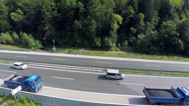 Nákladní vozy plné nových asfaltových čekajícího na opravu dálniční silnice