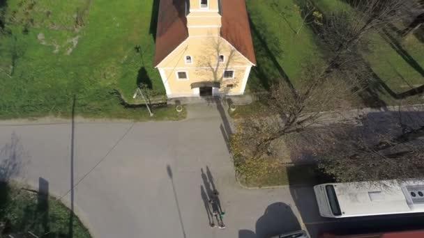 Die tappen Touristen gehen in der örtlichen Kirche