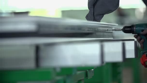 Screwing a screw in metal fetters