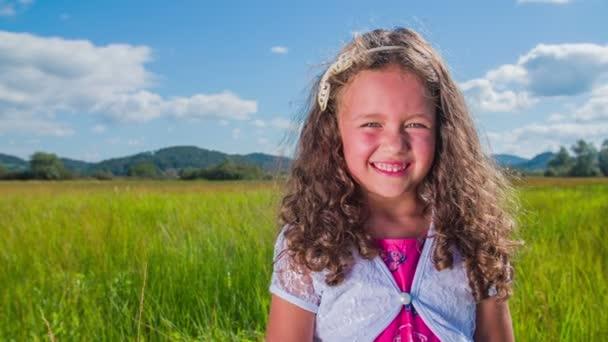 Pěkná mladá dívka úsměv do kamery